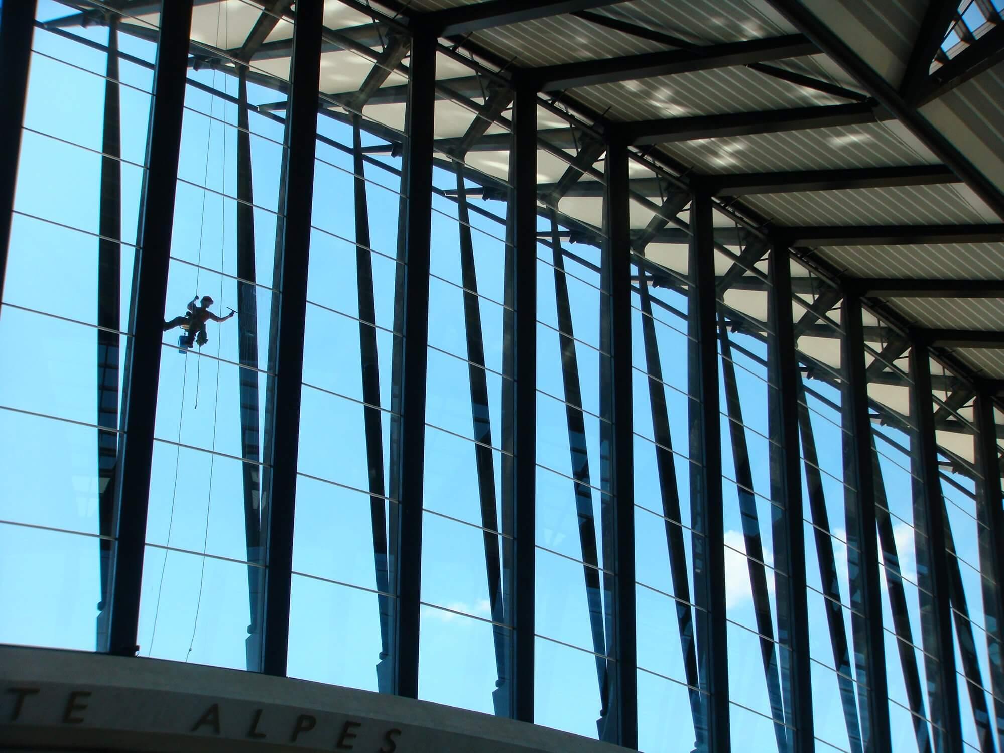 travaux-en-hauteur-sur-batiment-vitres